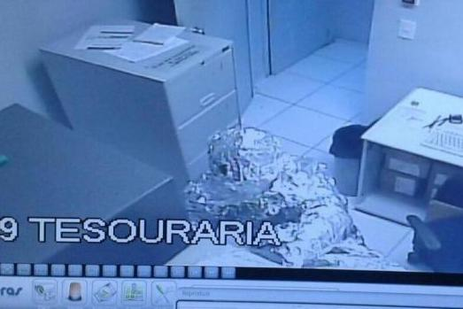 Bank-burglary-suspects-covered-in-aluminum-foil-to-hide-from-alarms